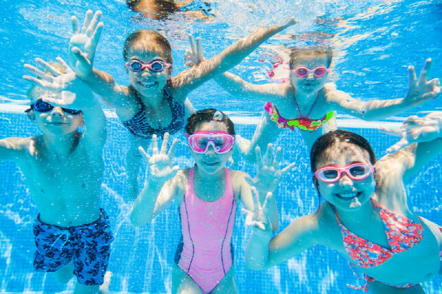 Hogyan foglald le gyermekedet nyáron vízközelben